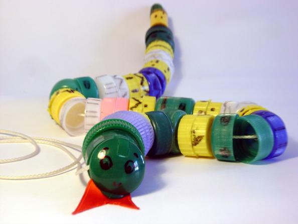 15 idee riciclo per i tappi di plastica for Creare oggetti utili fai da te