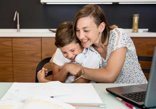 Come aiutare i figli con la Dad e i compiti