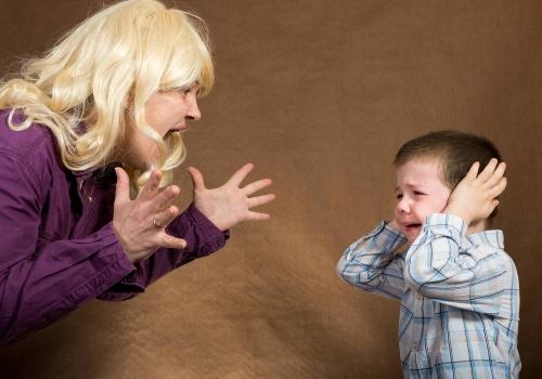 Le conseguenze di urlare ai bambini (e qual è l'alternativa)