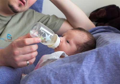 Papà che allatta con il biberon
